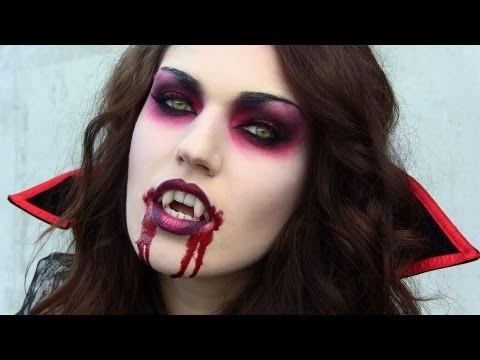 Trucco vampira Halloween con costume e parrucca