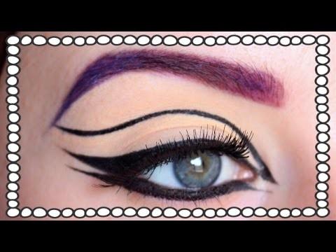 Graphic eyeliner e rossetto blu per carnevale